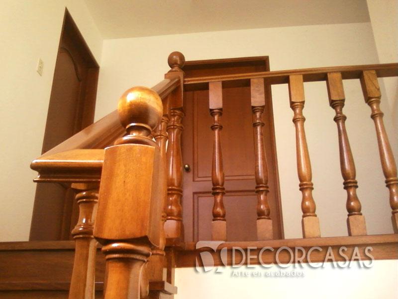 escalera enchapada en madera caoba esta barnizada con dd tekno brillante tiene balaustres torneados