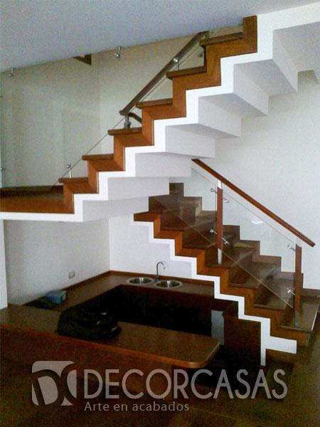 enchape de escalera de primer a segundo piso en madera shihuahuaco tiene pasamanos y alguno