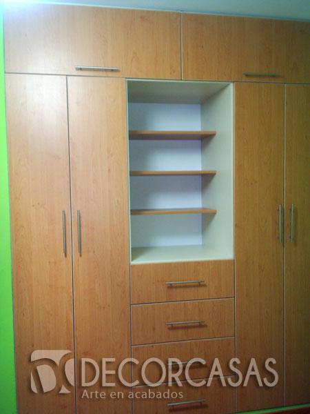 Closet color haya, este mueble cuenta con repisas para colocar libros